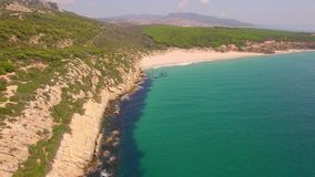 Vuelo aéreo espectacular sobre la playa almacen de video