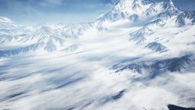 Vuelo aéreo hermoso sobre la montaña Nevado Naturaleza del invierno y timelaps hermosos de las nubes 4K metrajes