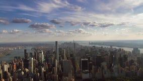 Vuelo aéreo impresionante del panorama del paisaje urbano del horizonte en cielo nublado sobre Nueva York Manhattan céntrica almacen de metraje de vídeo