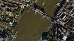 Vuelo aéreo increíble del abejón sobre la arquitectura céntrica moderna de Londres en día brillante por el río Támesis metrajes