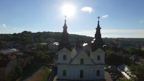 Vuelo aéreo lejos de la iglesia antigua en Lviv 4K almacen de metraje de vídeo