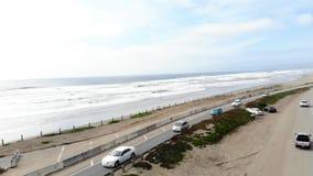 Vuelo aéreo maravilloso del abejón sobre el camino enorme de la carretera en ciudad grande paisaje marino de la costa costa del o almacen de video