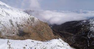Vuelo aéreo que se mueve adelante sobre establisher cercano de la casa de campo de la montaña del valle nevoso del canto Naturale metrajes