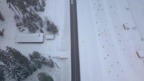 Vuelo aéreo sobre el camino del invierno almacen de video