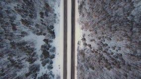 Vuelo aéreo sobre el camino en invierno metrajes