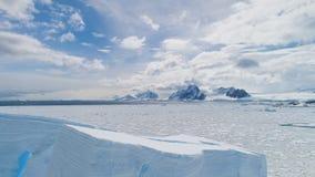 Vuelo aéreo sobre el iceberg de la Antártida, océano almacen de metraje de vídeo