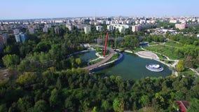 Vuelo aéreo sobre el parque de Moghioros, ciudad de Bucarest, Rumania metrajes