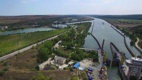 Vuelo aéreo sobre la puerta de esclusa de Cernavoda, Ecluza Cernavoda almacen de metraje de vídeo