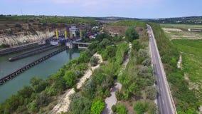 Vuelo aéreo sobre la puerta de esclusa de Cernavoda, inclinación, Ecluza Cernavoda, Rumania almacen de metraje de vídeo