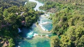 Vuelo aéreo sobre las cascadas del parque nacional de Krka, Croacia de las imágenes de vídeo del abejón metrajes