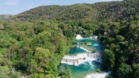 Vuelo aéreo sobre las cascadas del parque nacional de Krka, Croacia de las imágenes de vídeo del abejón almacen de video