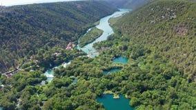Vuelo aéreo sobre las cascadas del parque nacional de Krka, Croacia de las imágenes de vídeo del abejón almacen de metraje de vídeo