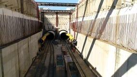 Vuelo aéreo sobre las construcciones del ferrocarril de subterráneo donde se fabrica construido en Salónica metrajes
