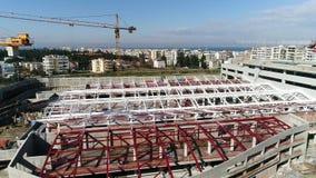 Vuelo aéreo sobre las construcciones del ferrocarril de subterráneo donde se fabrica construido en Salónica almacen de video