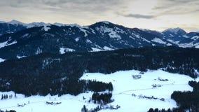 Vuelo aéreo sobre las montañas, Austria en invierno metrajes