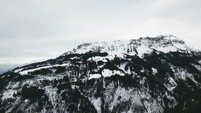 Vuelo aéreo sobre las montañas hermosas Montaña alpestre Flums, Suiza metrajes