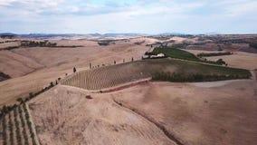 Vuelo aéreo sobre los campos de Toscana almacen de video