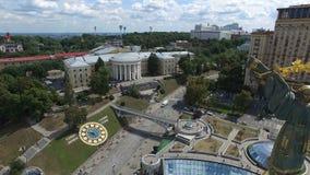 Vuelo AÉREO sobre Maidan Nezalezhnosti en Kyiv almacen de metraje de vídeo