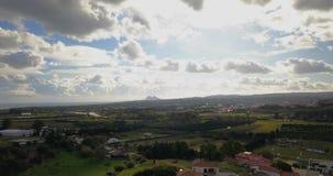 Vuelo aéreo sobre pequeño pueblo español metrajes