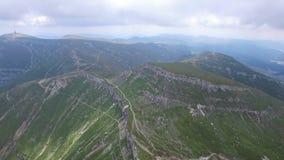 Vuelo aéreo sobre rastros de montaña almacen de metraje de vídeo