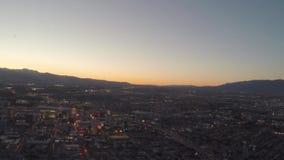 Vuelo aéreo sobre tira de Las Vegas, Nevada metrajes