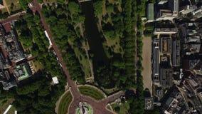 Vuelo aéreo superior fascinante del abejón sobre la arquitectura de Londres y naturaleza verde el día soleado metrajes