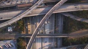 Vuelo aéreo superior magnífico del panorama del abejón sobre el camino múltiple del vehículo de la carretera ocupada con el puent almacen de metraje de vídeo