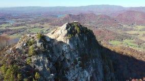 Vuelo alrededor de la montaña de Bell e Hiawassee que muestra en el fondo en un efecto de la paralaje metrajes