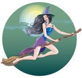 Vuelo atractivo hermoso de la bruja en la noche de Halloween en una escoba a través del cielo nocturno en el fondo de la luna y d Fotos de archivo libres de regalías