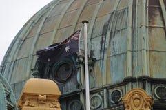 Vuelo australiano de la bandera nacional en una bóveda grande Foto de archivo