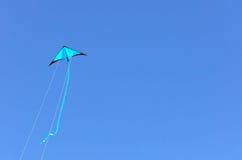 Vuelo azul de la cometa Fotografía de archivo