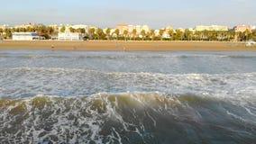 Vuelo bajo sobre las ondas que vienen apuntalar La onda debajo de la sombra forma una gran cantidad de espuma y de burbujas Españ almacen de video