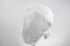 Vuelo blanco de la tela de las camisas, tiro del estudio, movimiento de la bufanda Fotografía de archivo
