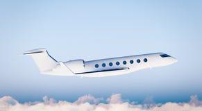 Vuelo blanco del aeroplano de Matte Luxury Generic Design Private de la foto en cielo azul Maqueta clara aislada en fondo borroso Imágenes de archivo libres de regalías