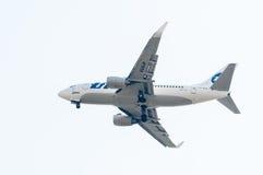 Vuelo Boeing 737-524 de la compañía de Utair Imágenes de archivo libres de regalías