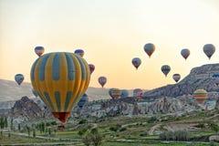 Vuelo Cappadocia del globo del aire caliente foto de archivo libre de regalías