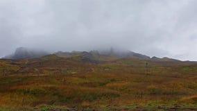 Vuelo cinemático cerca del viejo hombre de Storr en las montañas escocesas, isla de Skye - Escocia metrajes