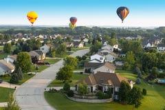 Vuelo colorido del globo del aire caliente, porciones de colores Imagen de archivo