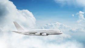 Vuelo comercial del aeroplano de los pasajeros de dos pisos enormes sobre las nubes dramáticas fotografía de archivo