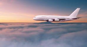 Vuelo comercial del aeroplano de los pasajeros de dos pisos enormes sobre las nubes dram?ticas fotos de archivo libres de regalías
