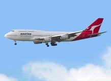 Vuelo comercial del aeroplano en el cielo fotografía de archivo libre de regalías