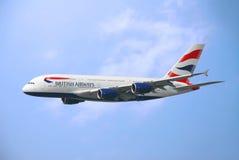 Vuelo comercial del aeroplano en el cielo Imágenes de archivo libres de regalías