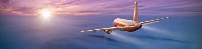 Vuelo comercial del aeroplano sobre las nubes Imágenes de archivo libres de regalías