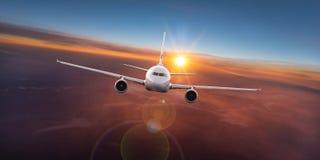 Vuelo comercial del aeroplano sobre las nubes dramáticas foto de archivo libre de regalías