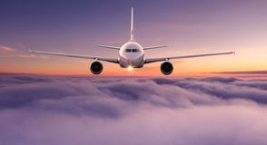 Vuelo comercial del avión del aeroplano sobre las nubes dramáticas imagen de archivo