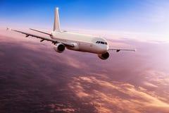 Vuelo comercial del avi?n del aeroplano sobre las nubes dram?ticas fotos de archivo