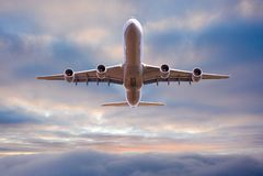Vuelo comercial del avi?n del aeroplano sobre las nubes dram?ticas foto de archivo