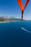 Vuelo con un paracaídas sobre el mar Foto de archivo libre de regalías