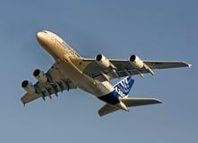 Vuelo de Airbus 380 Imagenes de archivo