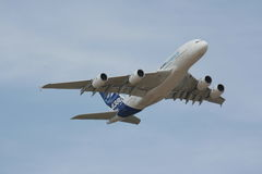 Vuelo de Airbus A380 alto Fotos de archivo